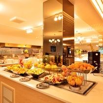 *お食事一例/色とりどりのフルーツが並びます。