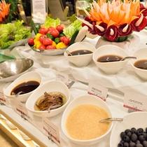 *お食事一例/サラダのドレッシングの種類も豊富。