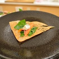 *お食事一例(そば粉を使用したガレット)/ディルとサーモン、チーズをのせて。
