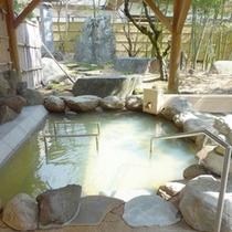 *【露天風呂(男湯)/寝湯】2015年4月より、寝転びながら入浴が楽しめる「寝湯」が新登場。
