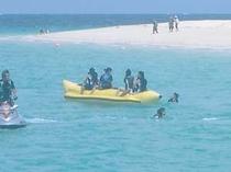 近くは前浜ビーチ、この時期海水浴で大賑わい。