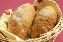 手づくりのライ麦パン。もちもちでおいしいと評判です♪