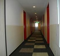 差し色の赤が印象的な客室用通路