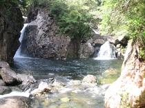 ホテル庭園内の滝
