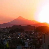 【館内 眺め】秀峰鳥海山に沈む夕日が綺麗!!