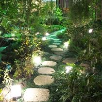 【1階 庭園】緑豊かな庭園。少し早起きしてせせらぎの音を聞きながら時間を過ごしてみてはいかがでしょう