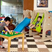 【1階 キッズコーナー】館内には遊べるスペースがあり親子で楽しめます。