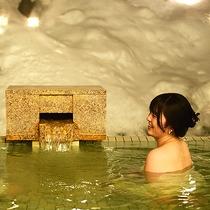 【1階 露天風呂】ほっこり積もる雪に囲まれて