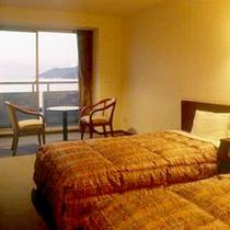 【ツインルーム一例】お部屋からは目の前の海が一望!ゆったりお寛ぎいただけます。