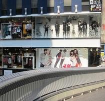 ホテルから徒歩3分 H&M大阪心斎橋2号店