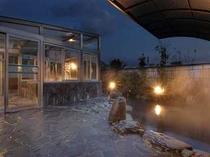 雰囲気の良い露天風呂(夜)
