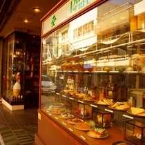 熱海銀座のほぼ中央にあるお店。ショーウィンドウにはパフェやナポリタンが並ぶ「パインツリー」