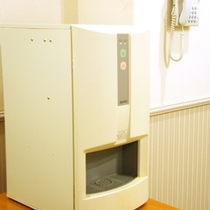 各階エレベーター横に給茶機がございます。お部屋から茶器を持ってご利用ください。