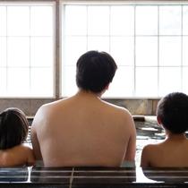 パパの背中おっき~ね!皆で大風呂楽しいね♪