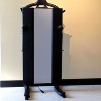 ズボンプレッサーは各客室フロアに設置しています。
