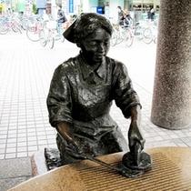 草加駅東口を降りてすぐの場所には「おせんさん」がおります。