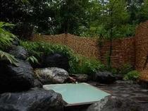 新緑鮮やかな露天風呂。大切な方と乗鞍高原温泉で乳白色の名湯を楽しみたい
