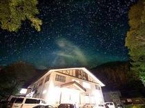 宝石の様な星空に包まれた夜の外観