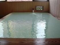 24時間入浴可。天然掛け流しのにごり湯で疲れを癒してください。