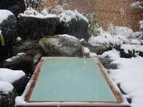満天の星空を仰ぐ雪見の露天風呂。大切な方と乳白色の名湯を楽しみたい