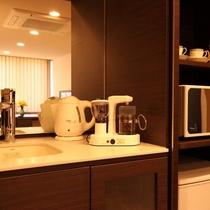 ミニキッチンには、電気コンロ、電子レンジ、冷蔵庫、簡単な調理器具、食器があります。