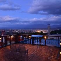 夏期開放している屋上テラスでは、天気の良い日は十勝岳連峰が見渡せます。