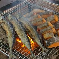 朝食のバイキングでは炉端コーナーで焼きたての魚をご提供しています。