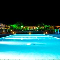 *プール/夜になるとライトアップされ、幻想的な空間が広がります。