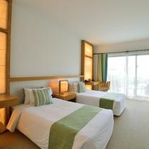 *デラックスガーデンビュー/白とグリーンで統一された室内。窓からは明るい光が差し込む…
