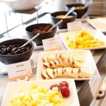 *お夕食一例/チーズ&ドライフルーツ。お酒のおともに。