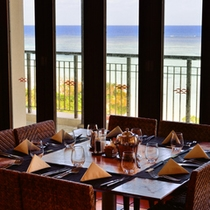 *メインダイニング/窓側は海を眺めながらお食事をお楽しみいただけます。