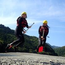 カヌーでテンションアップでジャンプ