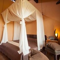 *【客室一例】天蓋付きダブルベットのお部屋は、雰囲気満点★
