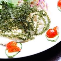 *【料理一例】海ぶどうとゆし豆腐のサラダ。プチプチっとした触感が病みつきに♪