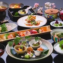 旬の山海の幸をふんだんに使用して作られる、繊細で優美な味わいをお楽しみ下さい。