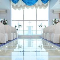青と白で統一された美しいチャペルにどきどき♪