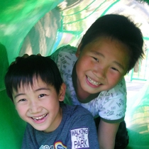 公園内には子どもたちも遊べる遊具もあります!