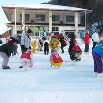 【外観(冬)】冬期は目の前のスキーリゾートでスキーが楽しめます♪