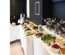 バイキング形式の多彩なメニューでお客様へ朝食を提供しております。