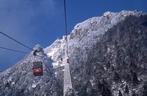 雪景色のきれいなロープウェイ