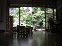 本館玄関と中庭