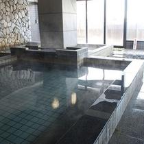 湯けむり立ち込める内風呂の広々とした浴槽