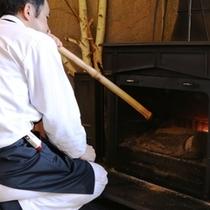 旦那が自ら火をおこす暖炉