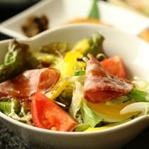 朝食の単品イメージ ボリュームたっぷりサラダ