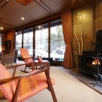 ラウンジ 暖炉前のソファ