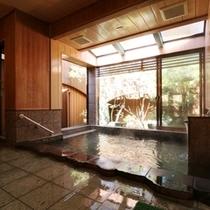 昼間に入る内湯も景色が素晴らしいです