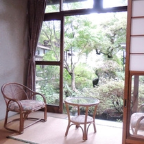 *【客室一例】緑溢れるお庭を眺めながらお過ごしください。