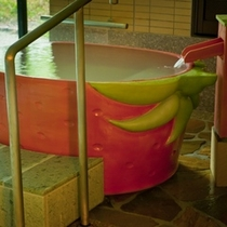 女性大浴場内イチゴ壺風呂①