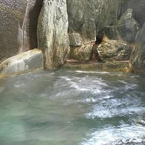 内湯は男女別の岩風呂になっており、女性風呂は箱庭があり開放感たっぷりの岩風呂です。