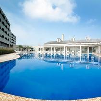 プラザ淡路島の屋外プールは浅いスペースもあり小さなお子様でも安心してご利用いただけます